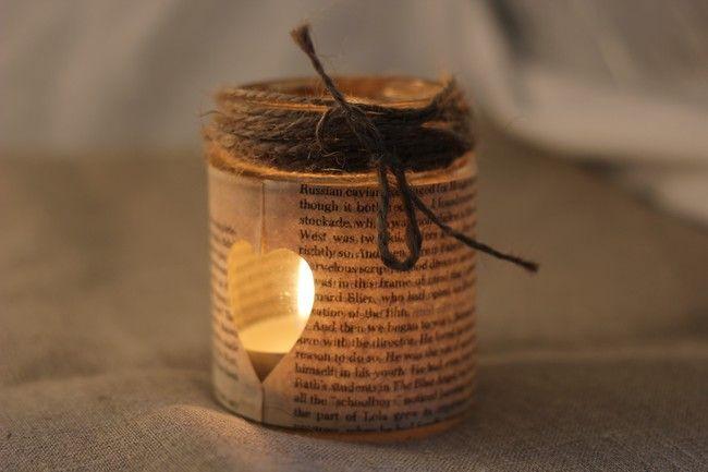 C'est cette fois un vieux livre abimé qui va servir d'habillage pour notre pot. Un coeur découpé dans une page laissera voir la bougie. Un mélange de vintage, d'ambiance rustique et romantiq...