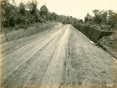 São Miguel, estrada de (atual avenida São Miguel) - obras de pavimentação mostrando revestimento de pedregulhos - 1922