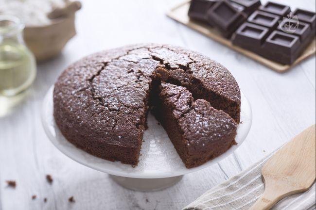 La torta all'acqua al cioccolato è un dolce senza burro e uova. E' facile da preparare ed è soffice e leggera. Ideale per stupire con leggerezza