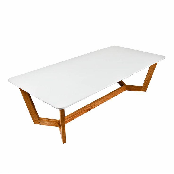 Ovale retro salontafel Quin van Butik is een leuke tafel voor in de serre of woonkamer. Deze salontafel is geschikt voor het retro interieur of een interieur waarbij veel gebruik wordt gemaakt van hout, textiel een lichte kleuren. In totaal is deze salontafel 120 cm lang, 70 cm breed en 35 cm hoog. Het witte tafelblad is gemaakt van 18 mm dikke gelakte MDF en de poten van 5 cm bij 2,2 cm zijn vervaardigd van solide eikenhout.