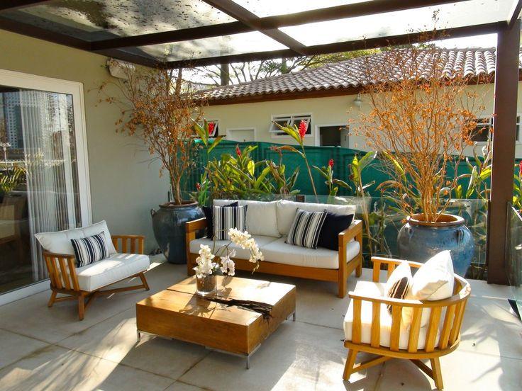 varanda terraço sacada sofa externo poltrona gazebo madeira maciça vaso vietnamita azul area externa Giovana Teles de Faria **Jardim, Varanda, Terraço, D