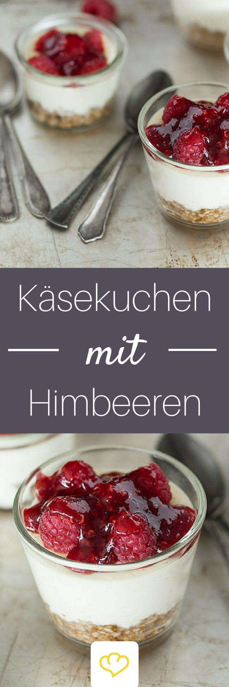 Himbeer-Käsekuchen im Glas: Die kleinen, feinen Dessertküchlein lassen sich easy zubereiten, sehen hübsch aus und schmecken auch noch himmlisch lecker. Wenn das kein krönender Abschluss für jedes Menü ist.