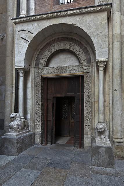 Portale laterale, Modena