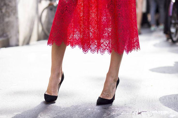 Koronka to jeden z najbardziej kobiecych elementów, jaki może pojawić się w Waszej szafie. Warto więc wporwadzić ów subtelny akcent do stylizacji studniówkowej. Możecie być również pewne, że zakupiona przez Was kreacja nigdy nie wyjdzie z mody - koronka wraca do nas jak bumerang. Zobaczcie pod jaką postacią królowała na wybiegach jesienno-zimowych kolekcji i zainspirujcie się stylizacjami od najważniejszych domów mody!