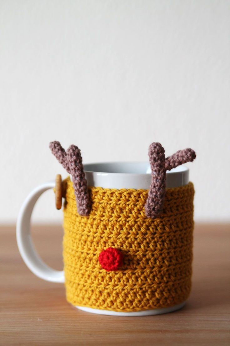 Reindeer mug cozy! The pattern is really easy, and it allows you to create pompoms without anyone judging you! A free crochet pattern on haakmaarraak.nl