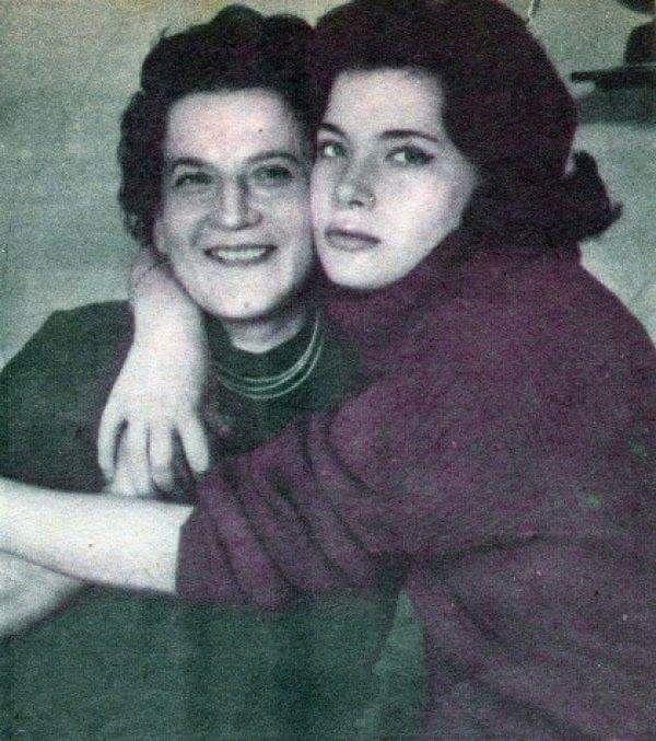 Η Τζένη Καρεζη με τη μητέρα της Θεώνη...