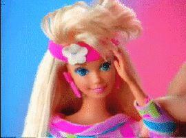 fell roze haarband, warrig haar, felle ogen
