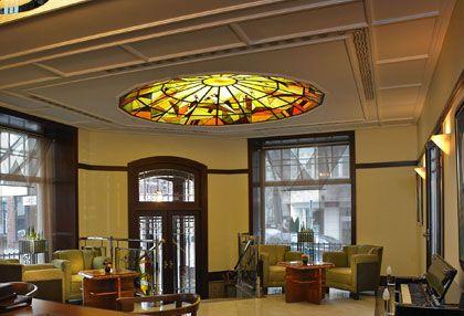 Dla tych, którzy kochają Art Deco - Hotel Rialto w Warszawie zachwyca już przy samym wejściu. www.eskapista.com/pl/polska/hotele/hotel-rialto