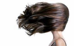 Tipps & Tricks - Was bei Haarausfall hilft: Er gilt als Männerproblem, betrifft aber auch viele Frauen: Haarausfall. Dabei können die Ursachen ganz unterschiedlich sein. Wir klären über die verschiedenen Haarverlust-Typen auf und verraten, was hilft.