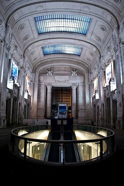 La stazione di Milano Centrale by enrico graziadio, restyling con l'inserimento di una serie di negozi.