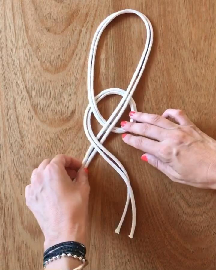 Paso a pado de el nudo Josefina. Simple y muy lindo ❤️ Macrame Design, Macrame Art, Macrame Projects, Micro Macrame, Crochet Plant Hanger, Macrame Plant Hangers, Diy Fleur, Macrame Chairs, Rope Crafts