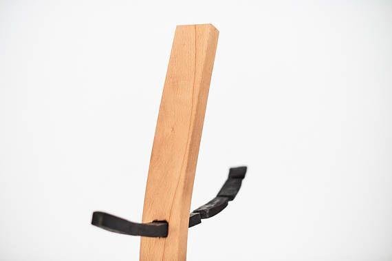 Kaminset aus Schürhaken, Schaufel und Besen. Die Einzelteile sind jeweils etwa 50-60 cm lang aus geschmiedetem Stahl und werden stabil mit dem verdrehten Eichenholz vernietet. Die Halterung besteht aus gebogenem Buchenholz auf einer schwarzen MDF-Holzplatte, die Aufhängung selbst ist ebenfalls aus einem Stück Stahl geschmiedet. Höhe ca 90 cm Breite ca 60 cm Tiefe ca 40 cm Sonderwünsche sind meistens kein Problem! Größer, kleiner, breiter, schmaler, anderes Holz, sonstige Wünsche…