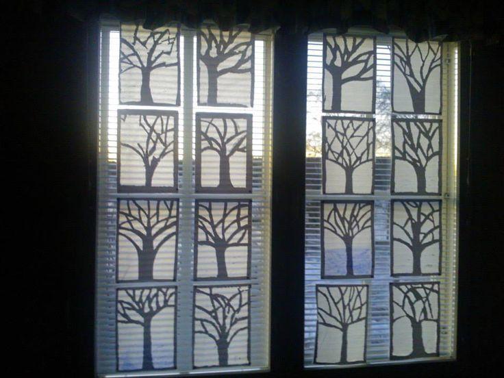 """Talvipuita. Piirretään puut valkoiselle paperille niin että oksat yltävät reunoihin asti. Paksulla neulalla pistellään kaikkien pois""""leikattavien"""" aukkojen reunat. Irrotetaan varovasti palaset aukoista. Lopuksi alle liimataan kokonainen silkkipaperiarkki ja kimallukset oksille. Myrskypuitakin tuli, mutta taakse liimattava ehjä silkkipaperi pelasti tilanteen. (Alakoulun aarreaitta -sivustosta / Leena Franssila-Karvinen)"""