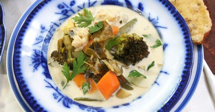 En ljuvlig sommarsoppa med mängder av fina rotfrukter och färska grönsaker. Till soppan serveras sidfläsk stekt i lönnsirap.