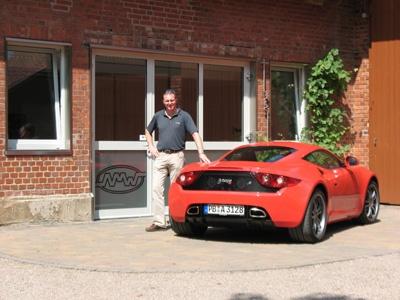 """Der neue Artega GT mit seinen vielen Verbesserungen durfte Mitte Juli endlich von Alan Miles Ward getestet werden.   Der wunderschöne, elegante Sportwagen aus Delbrück in NRW hat drei Jahre bis zu seiner Vollendung gebraucht .   Im Jahr 2007 war Alan Miles Ward an dem Bau des Prototypen beteiligt und wirkte mit bei dem ersten fahrbaren Artega-Sportwagen.   Seine Meinung: """"Das Warten hat sich gelohnt!"""""""