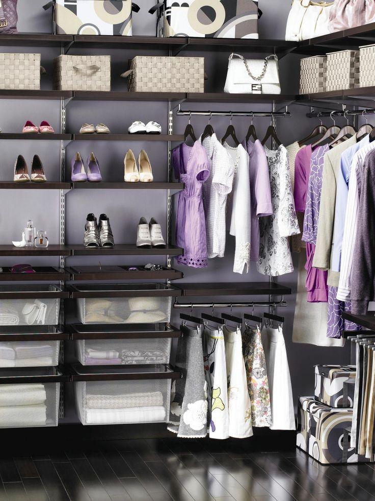 Чтобы в гардеробной всегда был порядок, используй вместительные корзины.