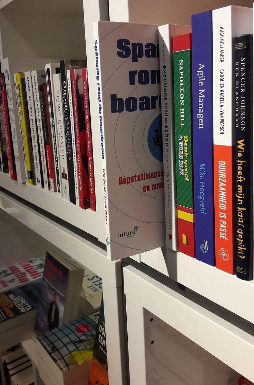In het managementvak bij boekhandel Stevens in Hoofddorp; het boek 'Spanning rond de boardroom' van Frank Peters en Eric Heres. #spanningronddeboardroom #frankpeters #ericheres #bkhstevens #futurouitgevers