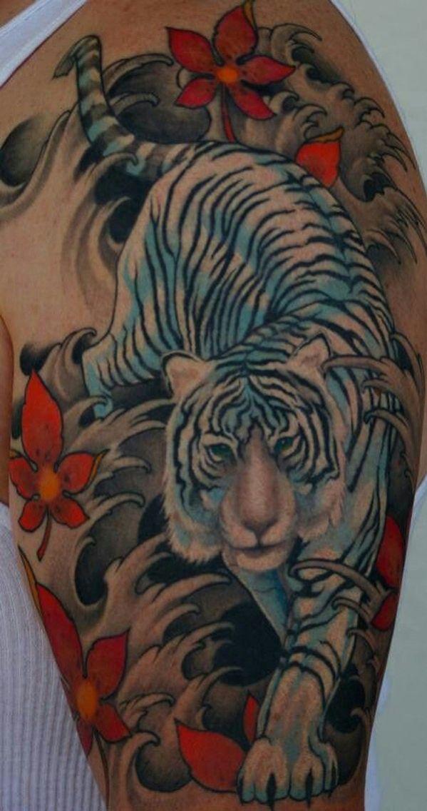 Idée tatouage tigre blanc avec des fleurs