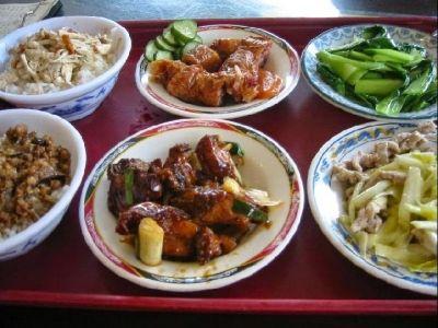 """魯肉飯(ルーローファン)とは""""煮込み豚肉かけごはん""""のこと。台湾を代表する屋台料理です。このお店、屋台料理なはずの魯肉飯をかなり豪華な店内でゆっくり味わうことができるのが特徴。豚挽き肉を煮込むときに漢方薬を使う、化学調味料は一切使わない、3日かけて完成させるというほど料理にこだわりぬいた魯肉飯は、最高の一品です。"""