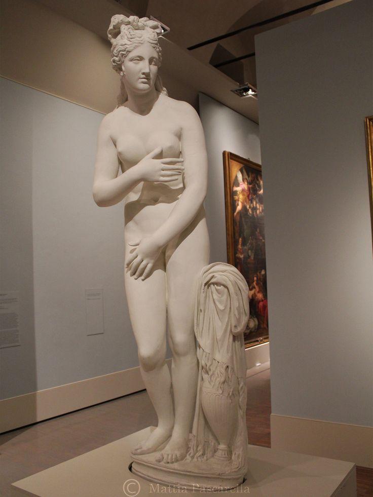 Copia in gesso della prima metà del XX secolo. La statua, unaVenus pudica, si ispira, come le altre varianti del tema, all'Afrodite cnidiadiPrassitele, con particolari similitudini con la…