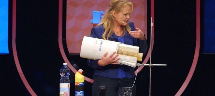 Prof. Kitty Nijmeijer vraagt de mensen te kiezen tussen een glas helder mineraalwater en een glas met bruin water uit de grachten van Amsterdam.