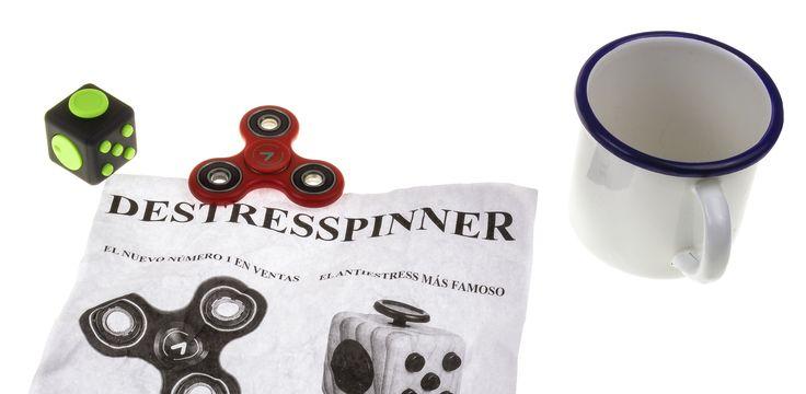 Es el juego de moda, el finger spinner es un artilugio que da vueltas, un juguete muy sencillo. Se creó en principio para aliviar el estrés a los niños autistas pero se han convertido en un el entretenimiento más popular durante los recreos, se puede decir que es la peonza del siglo XXI.
