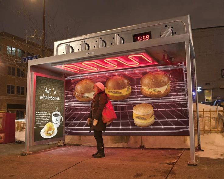 Marquesin para promocionar los nuevos bocadillos calientes de Caribou Coffee. La marquesina se convierte en un horno gigante para aquellos que esperan el bus.