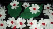 il sacchetto, in pannolenci verde scuro, ha la forma di una foglia (dimensioni 17,5 X 10 nella parte più larga) con una tasca sul retro per accogliere i confetti, da chiudere con cordonetto in carta dello stesso colore del fiore … anche il fiore è realizzato a mano in pannolenci, a forma di margherita panna