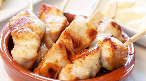 Kipfiletspiesjes Italiaans (plm. 30 stuks) / * 500 gram kipfilet * 1 bakje rode pesto * 2 eetlepels olijfolie * cocktailprikkertjes --- Kipfilet in blokjes snijden. Pesto vermengen met olijfolie. Aan elke cocktailprikker 2 stukjes kipfilet prikken. Oven voorverwarmen op 200 graden. Op een met bakpapier bekleden bakplaat in het midden van de oven kipfiletprikkers in plm. 15 minuten bruin bakken. Af en toe even omscheppen. Kan koud of warm worden opgediend.