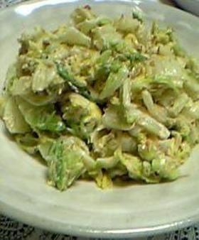 白菜が丸ごと食べたくなる♪簡単サラダ♪  材料 (2人分) 白菜1/4カット かつお節(小分けタイプ)2袋 ●和風だしの素大さじ1 ●砂糖大さじ1 ●塩小さじ1/3程度 マヨネーズ大さじ2.5~3 すり胡麻大さじ1  1 1/4カットの白菜を太めの千切りにザクザク切る。 (葉の大きな部分は初めに縦半分に切ってから) ●を合わせておく。 2 白菜をたっぷりのお湯で茹でる。(先に芯の部分を入れて、葉の部分はさっとでいい)         その後、ザルに上げて粗熱が取れたら手で水気を絞る。 3 ボウルに2を入れ、●を振り入れて手で揉む様に馴染ませる。 冷めるまでしばらく放置。 4 また水分が出てくるので手でギュッと絞る。 そこにマヨネーズとすり胡麻を加えて全体を良く混ぜる。 最後にかつお節を加えて箸でザックリと混ぜて出来あがり♪