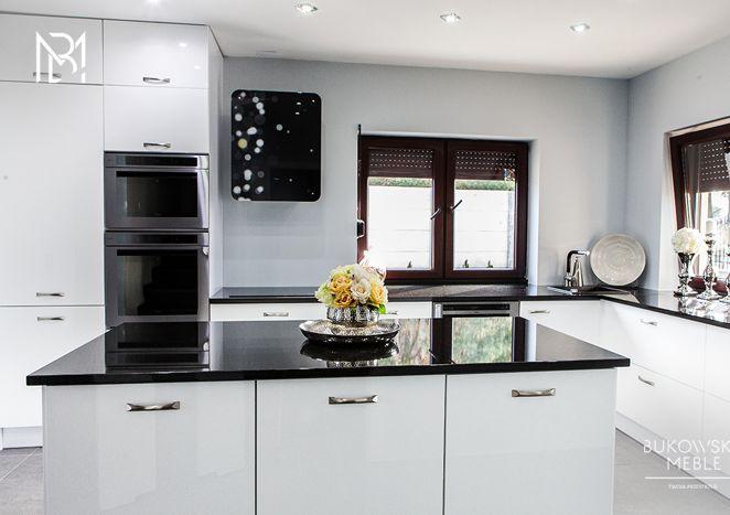 Studio Meble Bukowska Lublin NOWOCZESNA CZARNO BIAŁA KUCHNIA- Kontrast koloru białego i czarnego idealnie sprawdza się w tej kuchni.