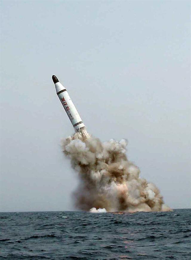 한국일보 : 정치 : 北, ICBM 발사 이틀 뒤 SLBM 사출시험: N KOREA'S SLBM + NUKE TESTS ANYTIME/ANYWHERE SOON !