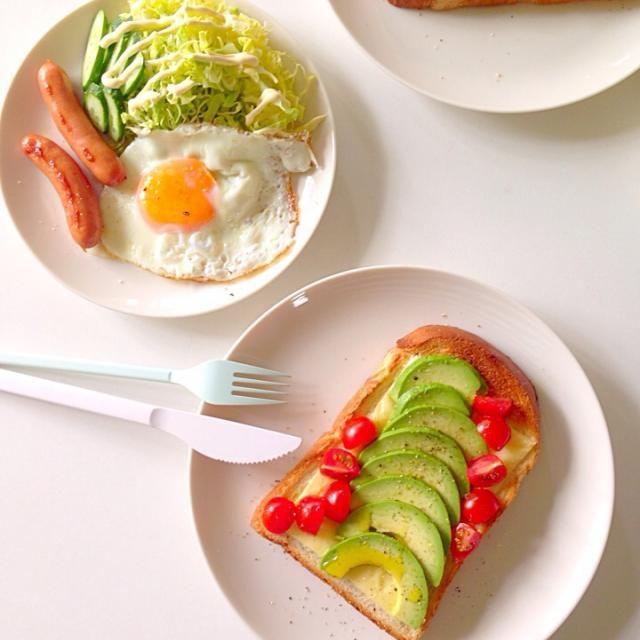 普段朝ごはん食べないから、こういうのたまに無性に食べたくなーる。 - 68件のもぐもぐ - THE朝ごはん。アボカド・トマト・チーズのオープンサンド、目玉焼き、パリパリソーセージ、キャベツのサラダ。 by omaccha227