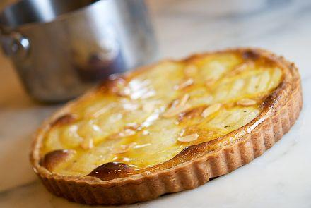 Retete de post – Tarta de post cu pere     Va prezentam o reteta, un desert de post, Tarta de post cu pere.   Aveti nevoie de faina, gem, pere, praf de copt, scortisoara, putin ulei, zahar, zahar vanilat.