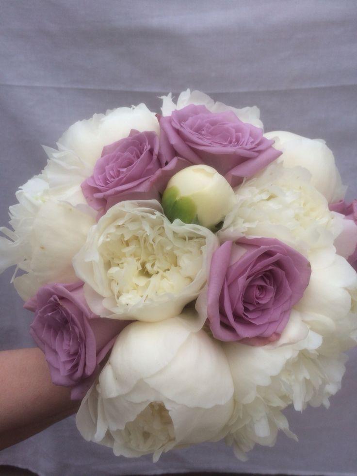 Brudbukett med vita pioner och lila rosor.