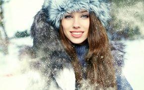 Девушки: девушка, снег, шатенка, воротник, мех, взгляд, длинноволосая, улыбка, зима, зеленоглазая, шапка