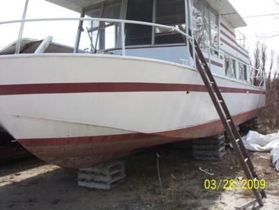 Help to identify an older River Queen houseboat? Would like to identify a River Queen houseboat, and start a painting and rebuilding project this summer. I got an old River Queen, but I don't know what