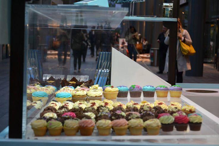 Stile fotografico still-life di muffin in vetrina di un venditore ambulante a Londra.