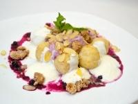 Tvarohové knedlíky s borůvkovou smetanou, mandlemi a ořechovou drobenkou
