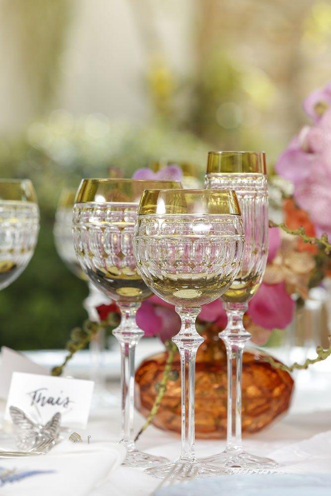 Taças em cristal verde-oliva da Tania Bulhões na mesa para o Dia das Mães.