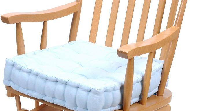 Como pintar uma cadeira de balanço de madeira. Se você tiver construído do zero ou simplesmente quiser retocar uma peça, pintar uma cadeira de balanço de madeira pode dar um novo visual para o seu móvel. Essa é uma maneira simples de fazer a sua cadeira se destacar. A pintura de uma cadeira de madeira não é diferente de pintar qualquer outro tipo de móvel de madeira. Com as ferramentas certas ...