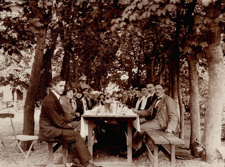 Medarbejdere til teselskab under træerne i haven #karenvolf #historie #kagerbager