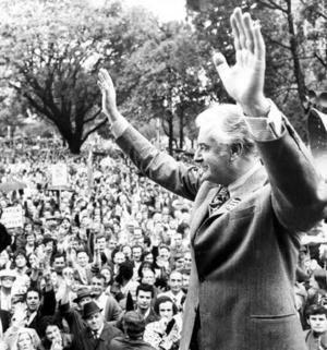 Gough Whitlam addresses a rally at Hyde Park, Sydney.