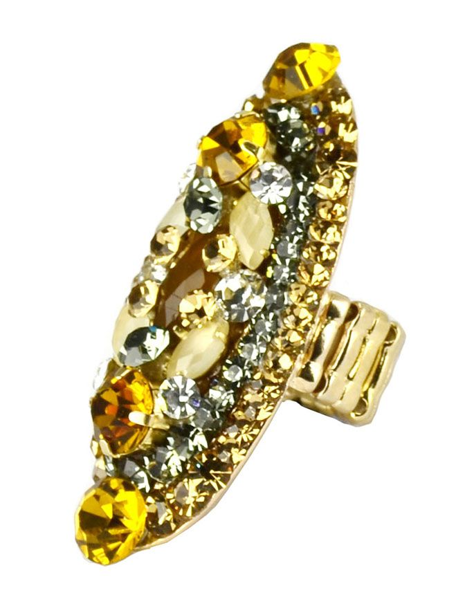 Anel maxi com cristais swarovski na cor marrom âmbar, base ajustável com silicone e revestida por metal dourado com banho de ouro. O maxi anel continua sendo tendência e está ganhando novos estilos, formatos e modelos.