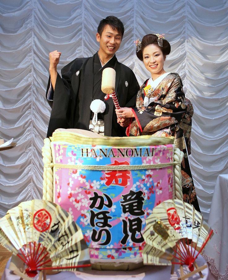 ド派手な新郎新婦の名前入り酒樽!思い出の結婚式の写真。鏡割りのウェディング・ブライダルフォト一覧♡