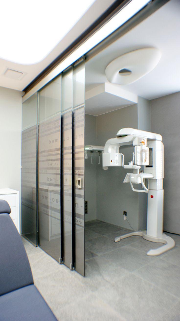 Modern medical office with sliding system with printed glass   Nowoczesny gabinet medyczny z systemem przesuwnym ze szkłem z nadrukiem / Glass fittings: CDA Poland   Okucia do szkła: CDA Polska