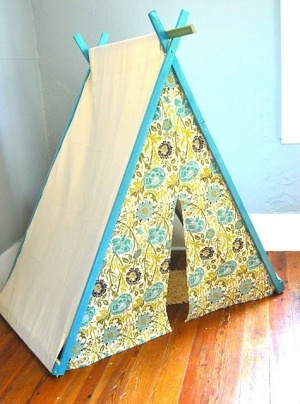 DIY play tent with a front panel. Very cute! From davidandcarolineparker.blogspot.com by jordan