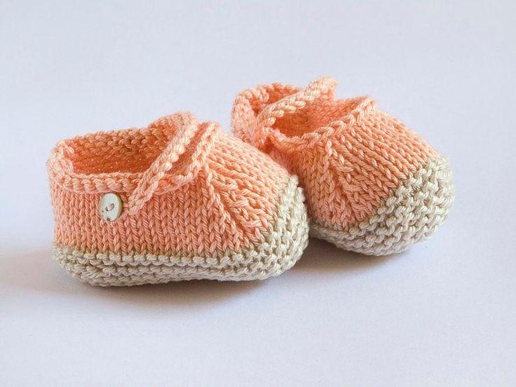 Peucos color salmón y beige, cierre con botón de nacar, para primavera y verano, talla 3 meses, tejidos a mano con algodón 100% de máxima calidad. Se aconseja lavar a mano.