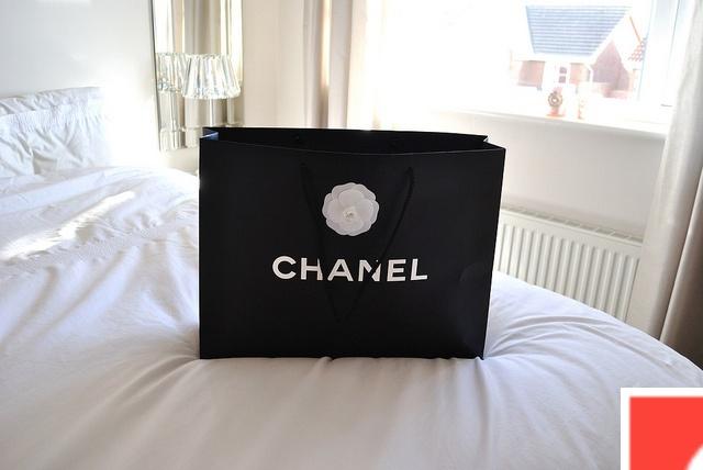 die 25 besten ideen zu chanel bedding auf pinterest luxus. Black Bedroom Furniture Sets. Home Design Ideas
