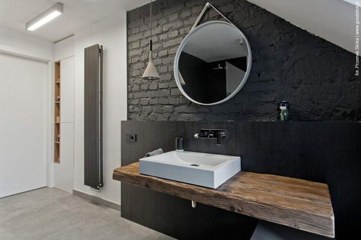 Salle de bain en noir et avec du bois